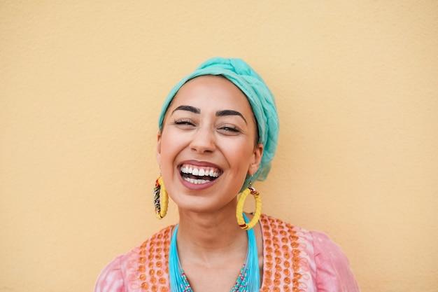 カメラに微笑んで幸せな若いアフリカの女性-顔に焦点を当てる