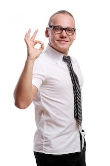 Счастливый молодой и привлекательный мужчина