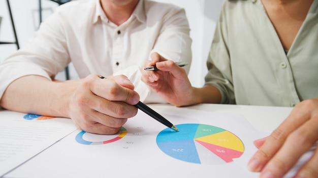 Felici giovani uomini d'affari e donne d'affari in asia che incontrano idee di brainstorming
