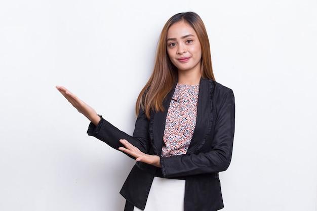 白で隔離のさまざまな方向に指で指して幸せな若いアジアのビジネス女性