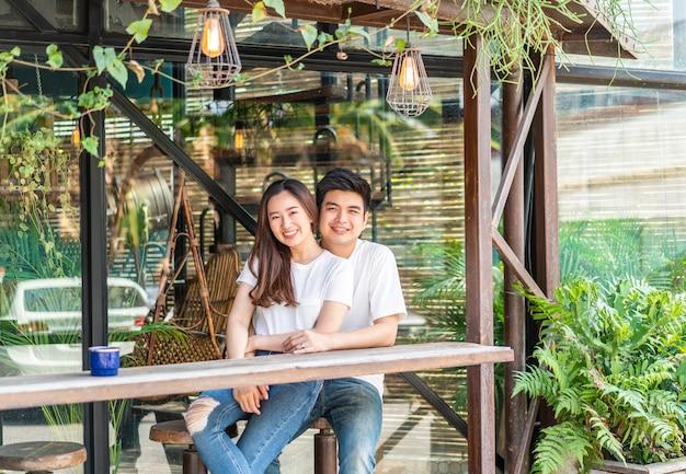 愛の幸せな若いアジアカップル