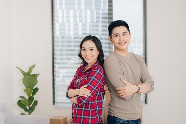 新しい家に移動する幸せな若いアジアのカップル