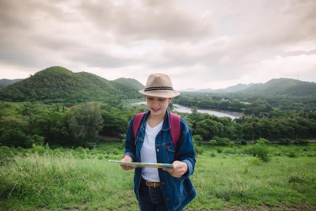 カンクラチャン国立公園タイで幸せな若いアジア女性