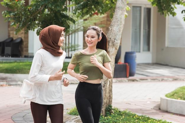 幸せな若いアジア女性運動とウォームアップ