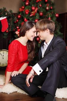 크리스마스 트리 아래 행복 한 젊은 아름 다운 커플