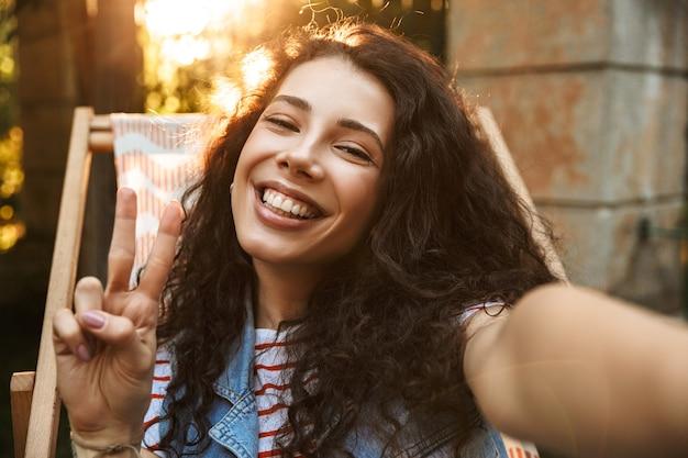 Счастливая молодая красивая кудрявая женщина