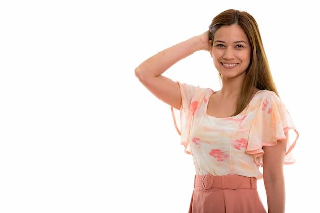 Счастливая молодая красивая женщина улыбается и чистит зубы