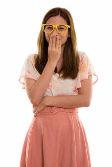 Счастливая молодая красивая женщина улыбается и хихикает