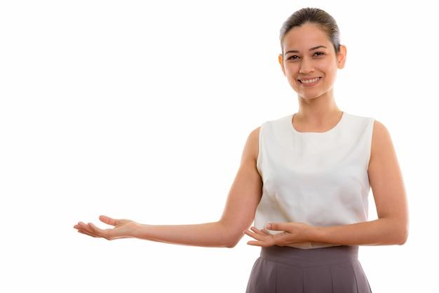 幸せな若い美しい女性の笑顔と製品を表示