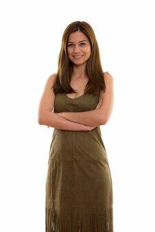 Счастливая молодая красивая женщина улыбается и стоит
