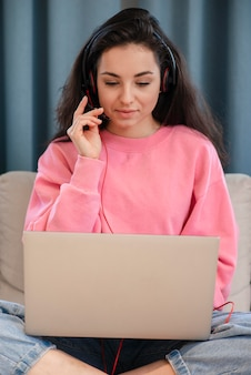 Счастливый молодой блоггер, используя селфи палку и разговаривает по телефону