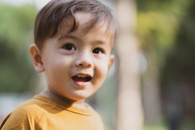 公園で野外で遊ぶ幸せな少年