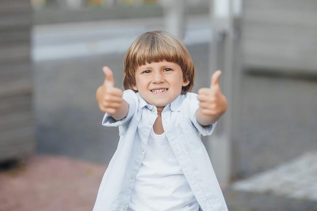 親指を現して幸せな少年