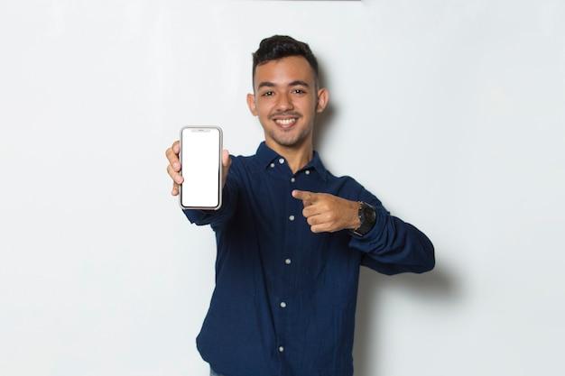 행복 한 젊은 사업가 흰색 배경에 고립 된 빈 빈 화면으로 휴대 전화를 들고