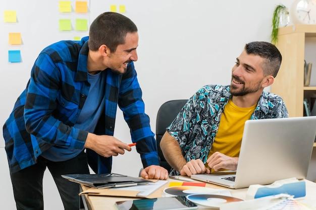 노트북에서 작업 하는 시작 사무실에서 행복 한 젊은 비즈니스 남자 스티커와 함께 비즈니스 남자