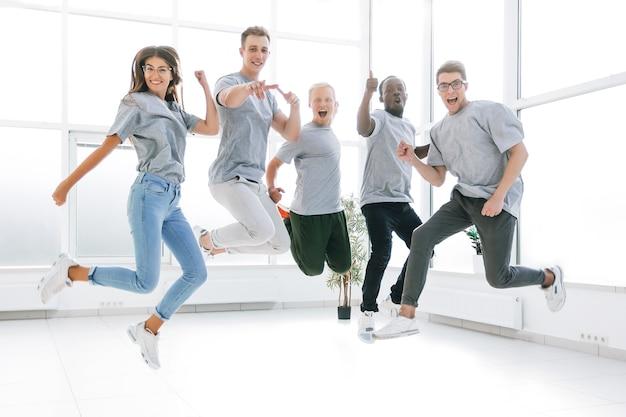 새 사무실에서 행복 젊은 비즈니스 팀입니다. 복사 공간 사진