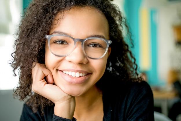 Счастливый молодой бизнесмен или студент в очках
