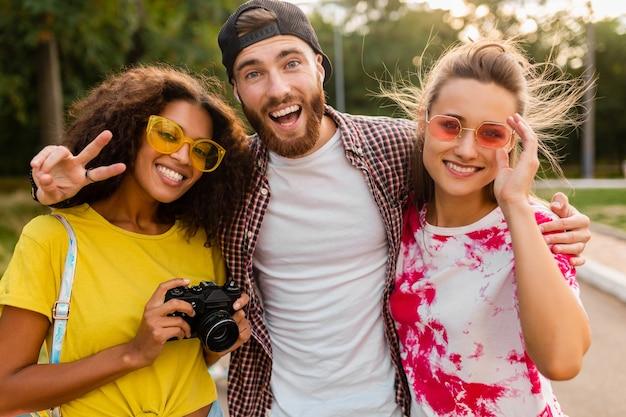 사진 카메라, 남자와 여자가 함께 재미와 함께 공원에서 산책하는 감정적 인 웃는 친구의 행복 젊은 회사