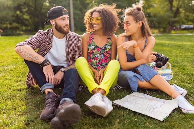공원, 남자와 여자가 함께 재미, 다채로운 여름 힙 스터 패션 스타일에 앉아 친구의 행복 젊은 회사, 카메라와 함께 여행, 이야기, 미소