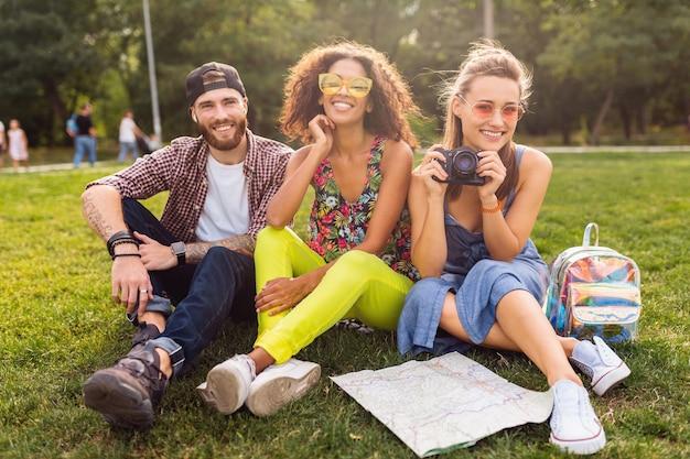 공원에 앉아 친구의 행복 젊은 회사, 남자와 여자가 함께 재미, 카메라 여행, 이야기, 미소