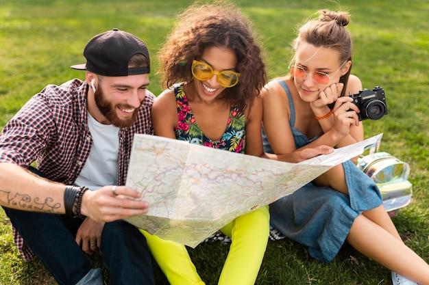 지도 관광, 남자와 여자가 함께 재미를 찾고 여행 공원에 앉아 친구의 행복 젊은 회사