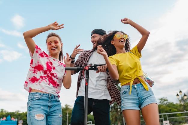 전기 킥 스쿠터, 남자와 여자가 함께 재미와 거리에서 걷는 춤 웃는 친구의 행복 젊은 회사