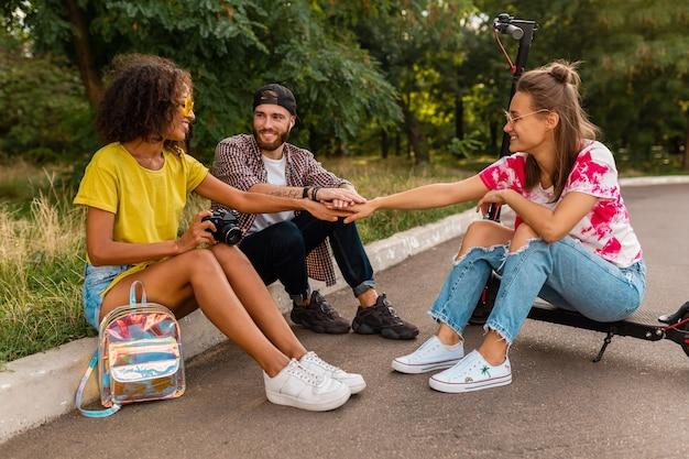전기 킥 스쿠터, 남자와 여자가 함께 재미와 잔디에 공원에 앉아 웃는 친구의 행복 젊은 회사