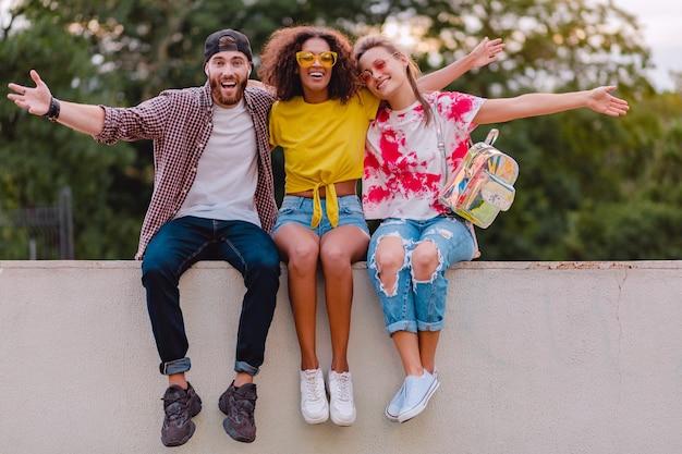 공원에 앉아 웃는 친구들의 행복한 젊은 회사
