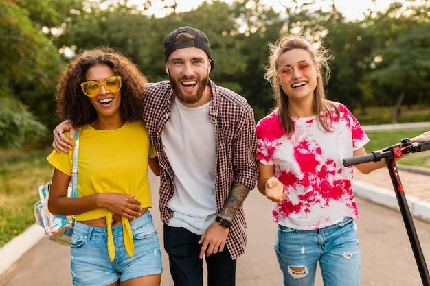전기 킥 스쿠터, 남자와 여자가 함께 재미와 함께 공원에서 산책 웃는 친구의 행복 젊은 회사