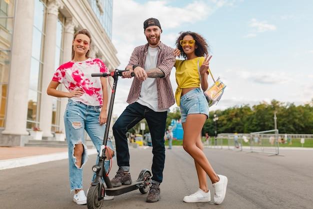 전기 킥 스쿠터, 남자와 여자가 함께 재미와 거리에서 걷는 웃는 친구의 행복 젊은 회사