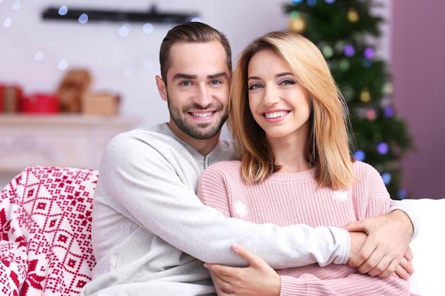 집에서 행복 한 젊은 부부. 크리스마스 컨셉