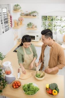 부엌에서 요리하는 행복한 젊은 커플. 평면도