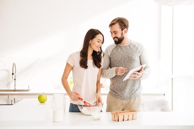 ペストリーを調理する幸せな若いカップル