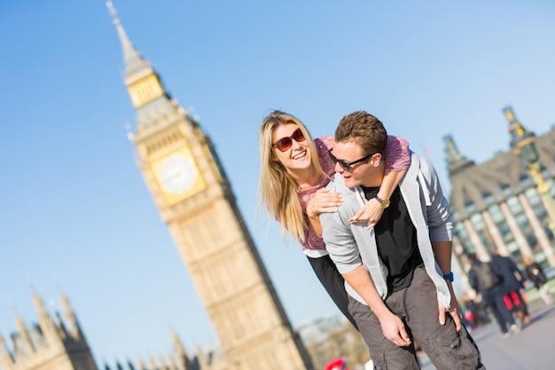 Счастливая молодая пара наслаждается поездкой в лондоне