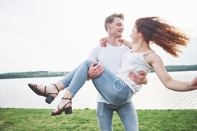 Счастливая молодая пара, наслаждаясь одинокий пляж backriding