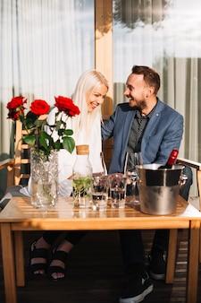 レストランで楽しむ幸せな若いカップル