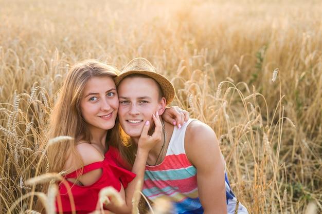 밀밭, 여름 시즌에서 즐기는 행복 한 젊은 커플. 일몰 빛, 플레어 빛, 복사 공간