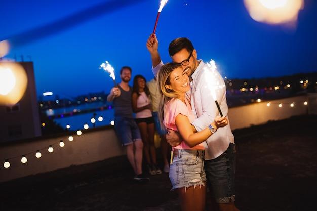 Счастливая молодая пара, весело проводящая время на вечеринке