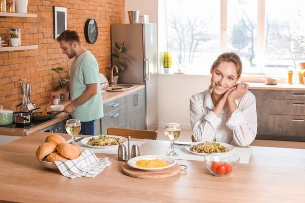 Счастливая молодая пара обедает на кухне