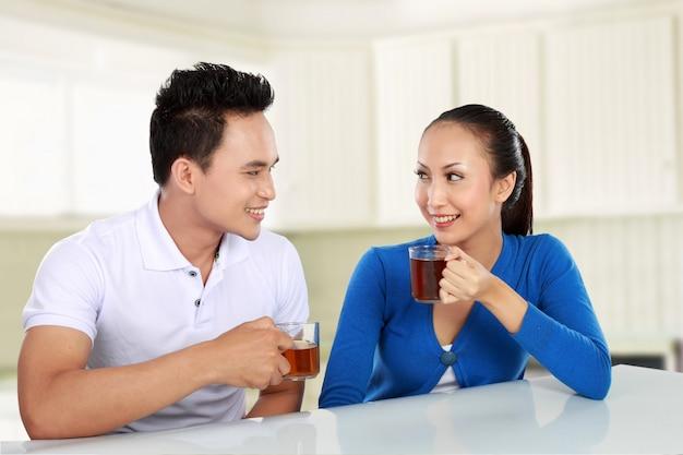 お茶を飲んで幸せな若いカップル
