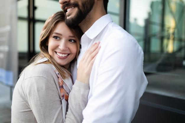 야외에서 사랑에 빠져 웃고 있는 행복한 젊은 커플