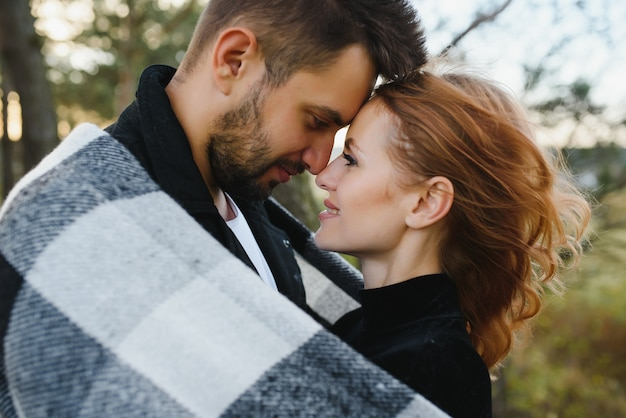 Счастливая молодая влюбленная пара в парке