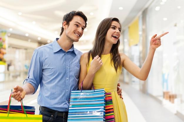 Счастливая молодая пара в торговом центре