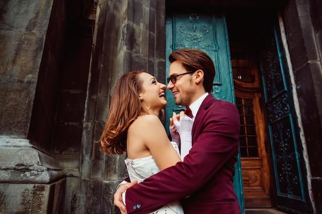 古代への入り口でのウェディングドレスで幸せな若いカップル