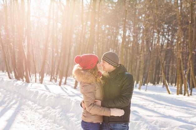 楽しんでウィンターパークで幸せな若いカップル。ファミリーアウトドア。愛