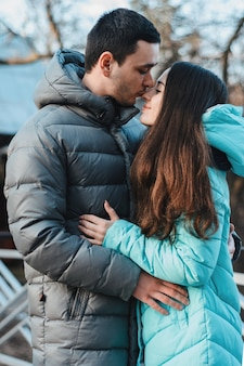 Счастливая молодая пара в зимнем парке с удовольствием в день святого валентина.