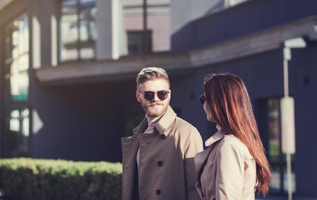 Счастливая молодая пара проводит каникулы в городе.