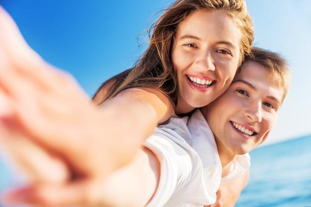 웃 고 행복 한 젊은 커플