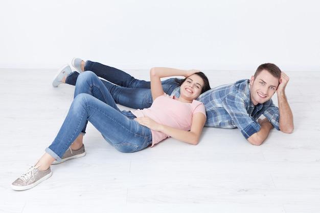 행복 한 젊은 커플 바닥에 누워보고 웃 고
