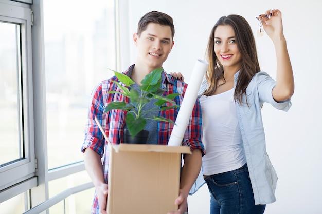Счастливая молодая пара переехала в новый дом